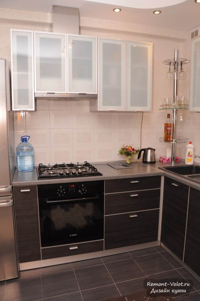 Самостоятельный дизайн и ремонт на маленькой кухне серого цвета