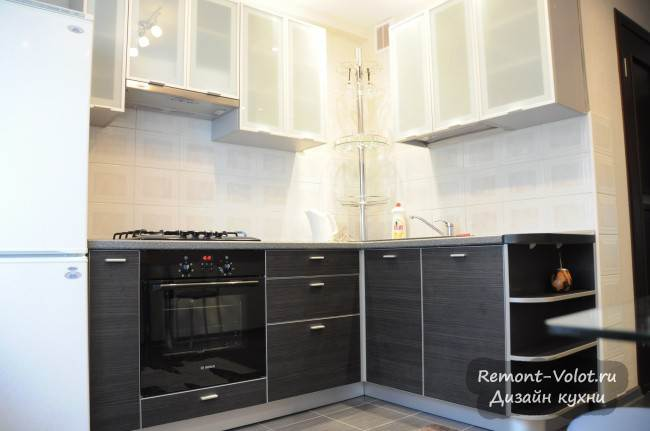 Лаконичный дизайн угловой кухни площадью 6 кв. м с посудомойкой