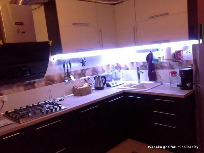 Дизайн бело-фиолетовой угловой кухни 10 кв.м.