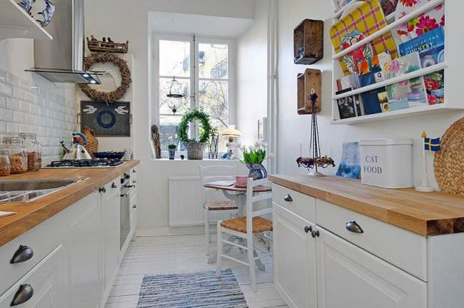 10 продуманных интерьеров с узкой кухней. Как спланировать помещение и подобрать мебель?