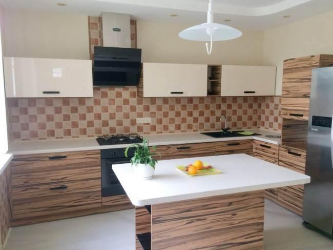 Бежево-коричневый фартук на угловой кухне с островом