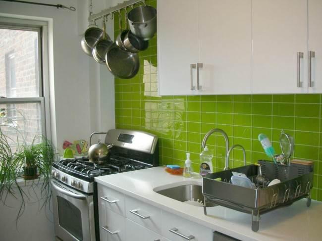Салатовый фартук на белой кухне