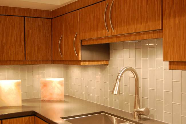 Фартук из серой плитки на кухне