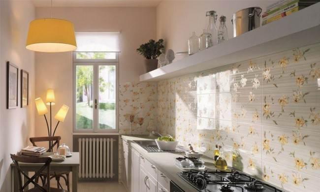 Белая плитка с цветами на фартуке