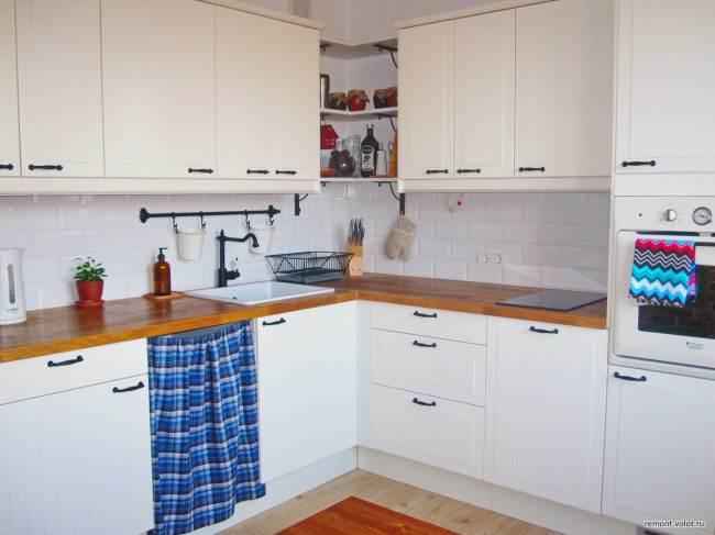 Белая плитка под кирпич на кухне