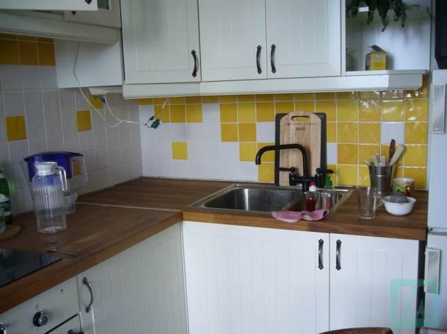 Бело-желтая плитка в зоне кухонного фартука
