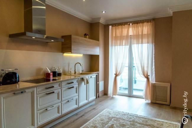 Бежевая прямая кухня с неоклассическими фасадами