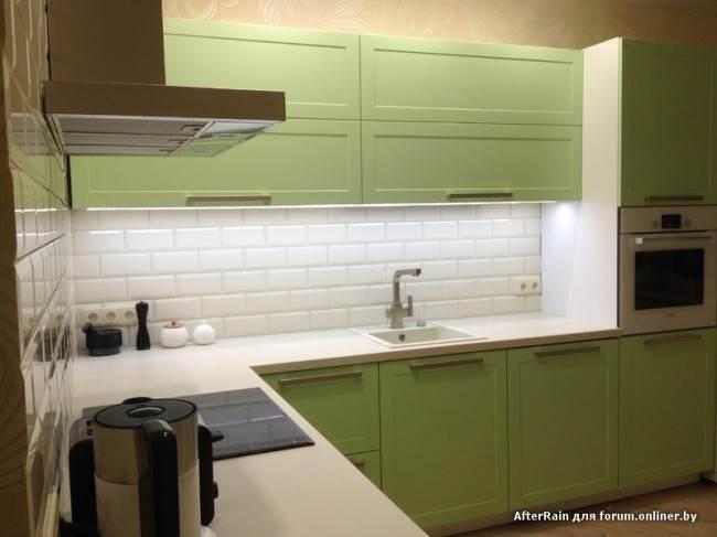 Зеленые кухня и белый фартук