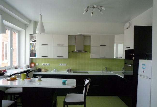 Зеленая керамика на кухне с черно-белыми фасадами