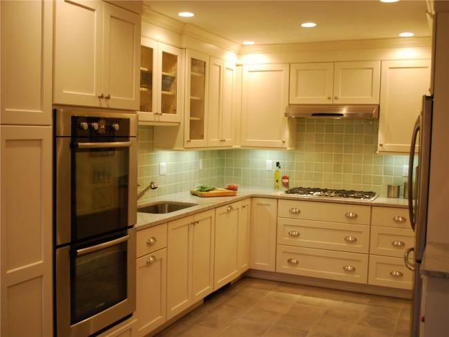 Зеленый фартук на белой кухне