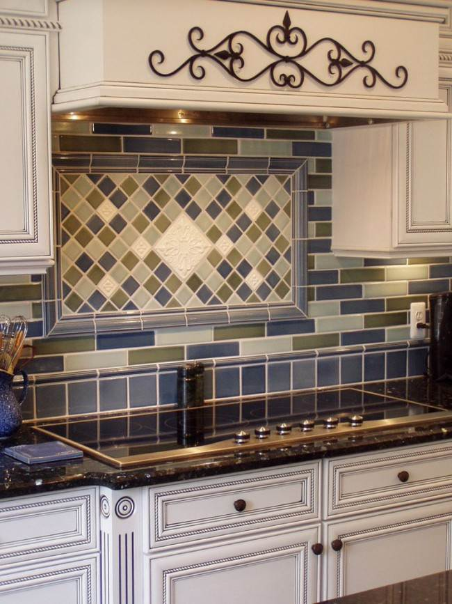 Сине-зеленая плитка на кухне