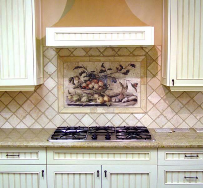 Диагональная раскладка и панно из керамики на кухне