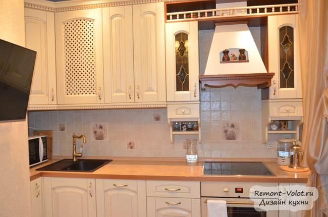 Белая кухня из массива и бежевый керамический фартук