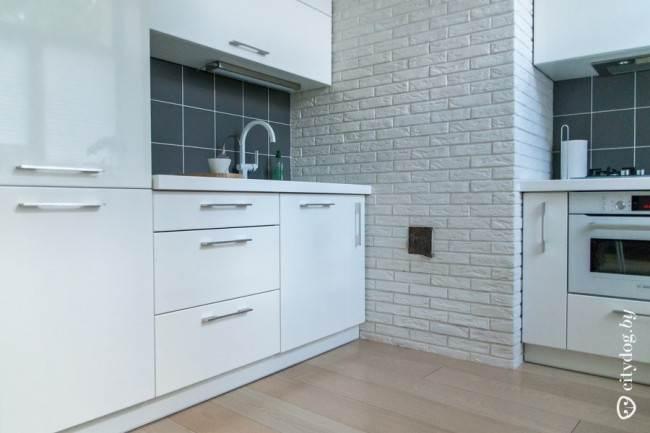 Черный кафель на белой кухне