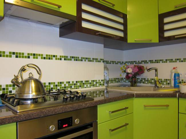 Бело-зеленый фартук на кухне