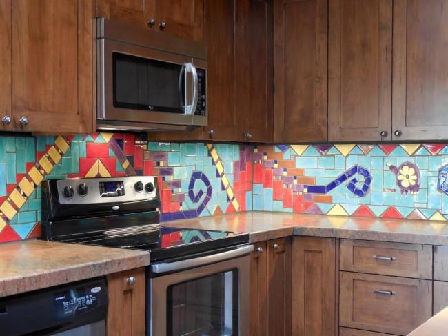 Яркая плитка на кухонном фартуке