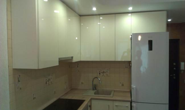 Глянцевая кухня ванильного цвета 6,8 кв. м своими руками