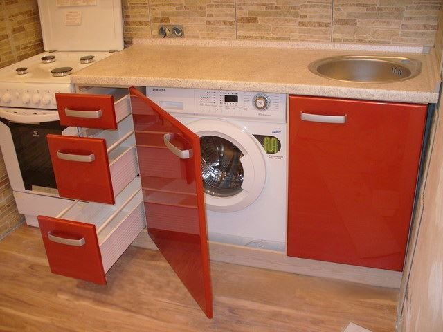 Лаконичный дизайн кухни на 6 кв. м. с холодильником и стиральной машиной