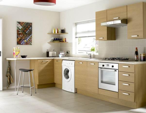 Стиральная машина в просторной кухне с угловым гарнитуром