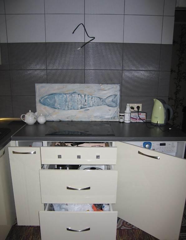 Стиральная машина вмонтирована под столешницу, снаружи технику закрывает кухонный фасад