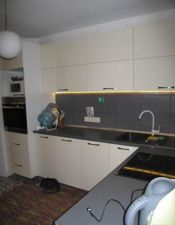 Минимализм в интерьере кухни. Стиральная машина расположена в нижнем ярусе углового гарнитура