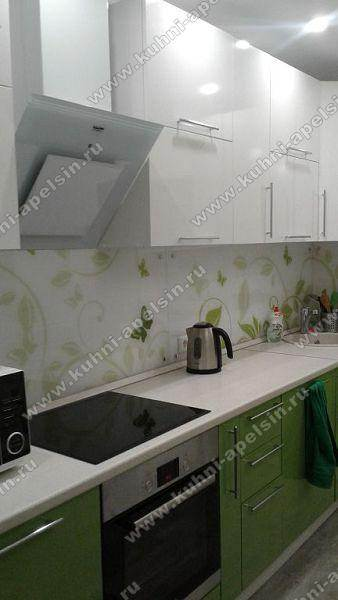 Бело-зеленая угловая кухня 8,5 кв. м в современном стиле
