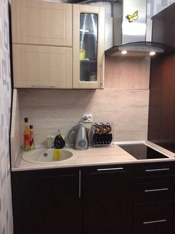 Дизайн кухни под дерево со встроенной посудомойкой на 5,25 кв. м