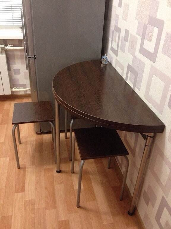 Складной круглый стол в обеденной зоне кухни
