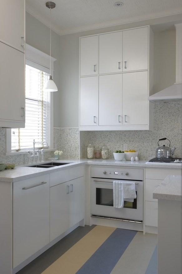 Рабочая поверхность вместо подоконника на узкой кухне