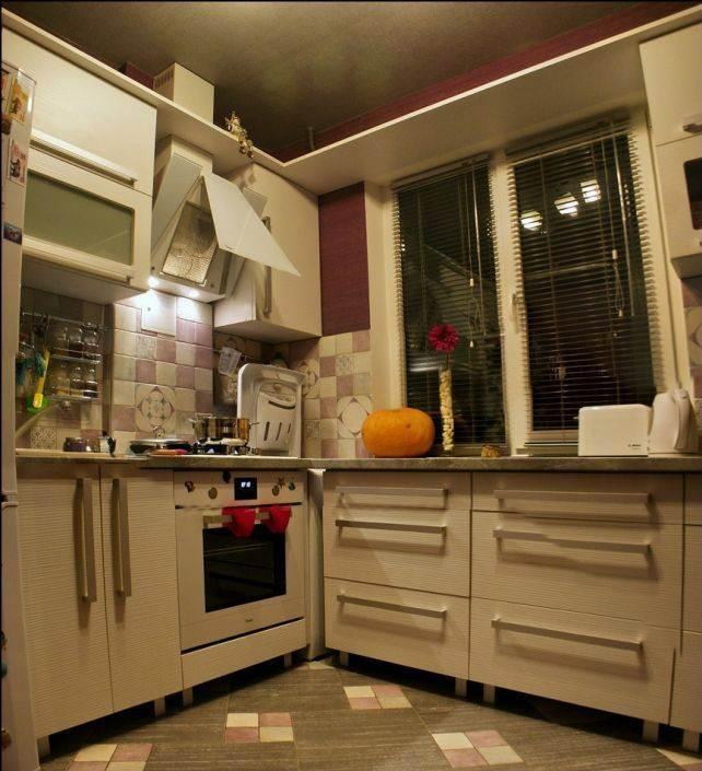 Жалюзи в оформлении окна на п-образной белой кухне