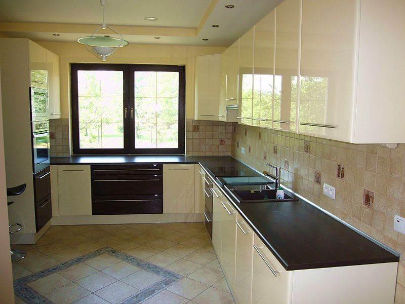 Угловая кухня с окном дизайн