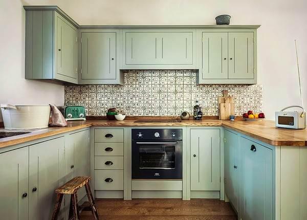 П-образная кухня с деревянной столешницей и мятными фасадами