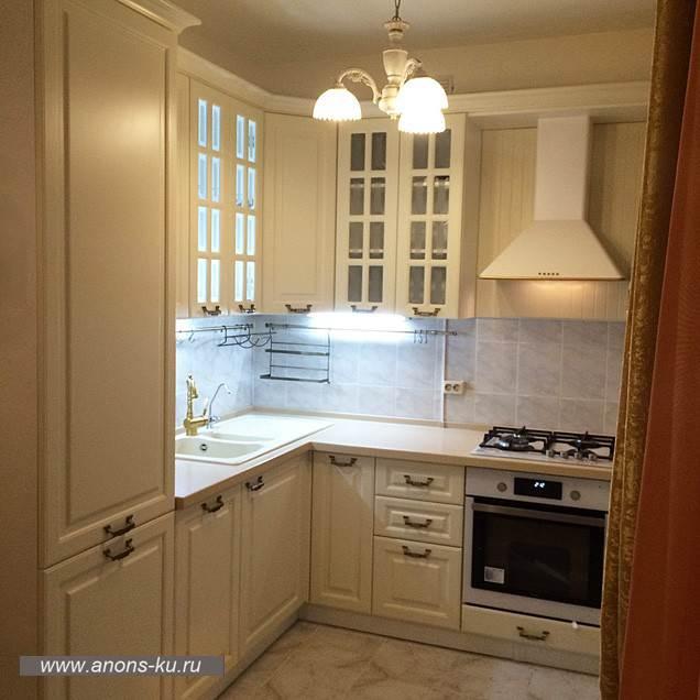Белая кухня с высокими шкафами