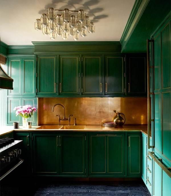 Зеленая винтажная кухня с рабочей поверхностью под окном