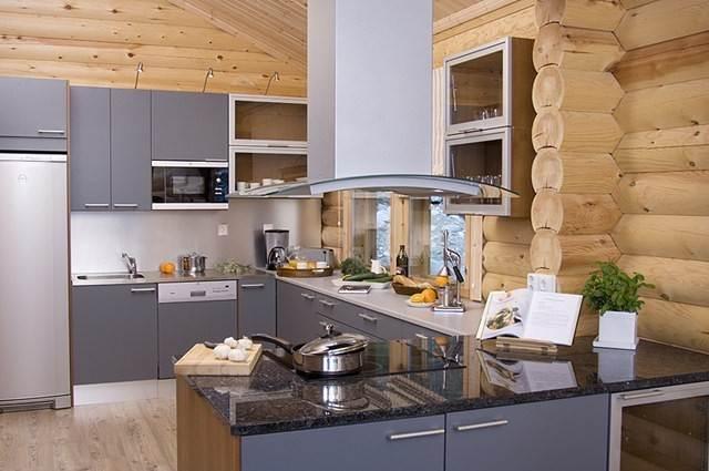 Современная кухня в деревянном доме