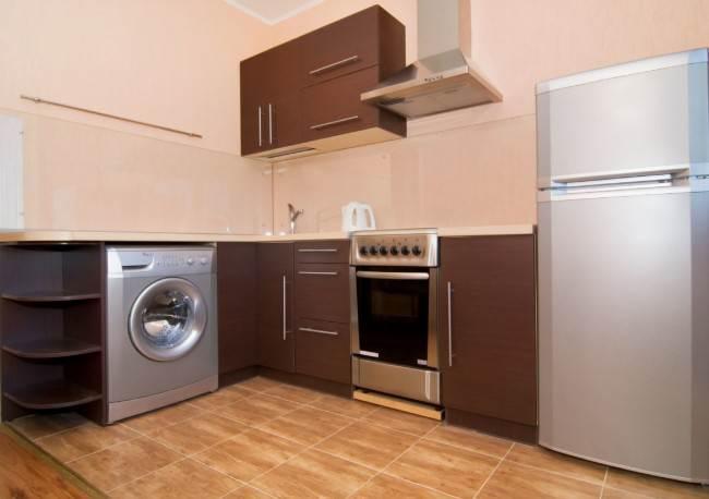 Стиральная машинка, холодильник и кухонная плита в серебристом металлике