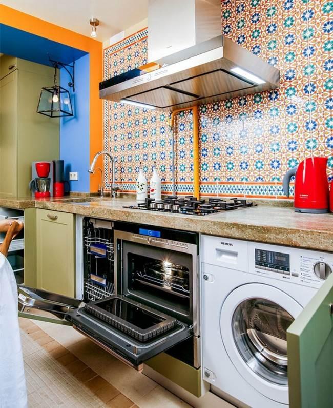 Стиральная машинка в восточном интерьере кухни