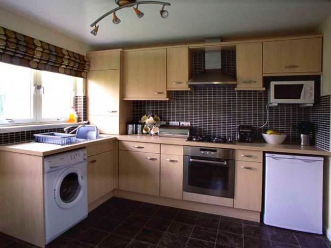Встроенная стиральная машина и холодильник на вместительной кухне