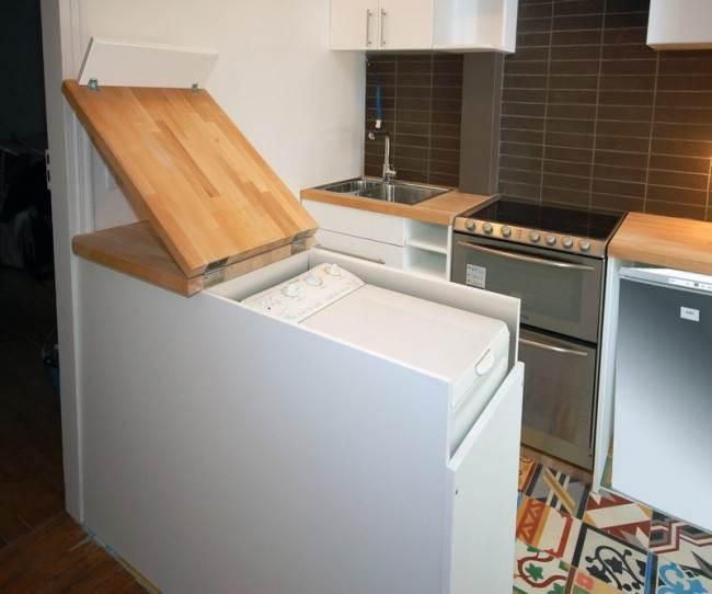 Стиральная машина с вертикальной загрузкой, встроенная под столешницу на кухне