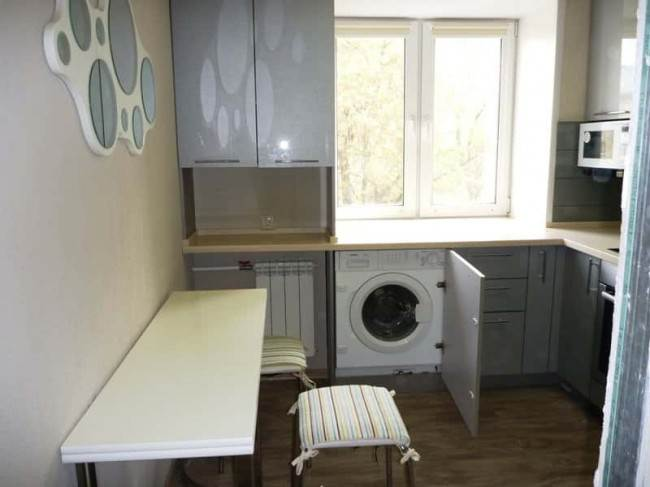 Стиральная машина в подоконной части кухни