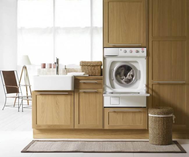Тумба-шкаф позволяет организовать удобные условия для загрузки вещей в стиральную машину