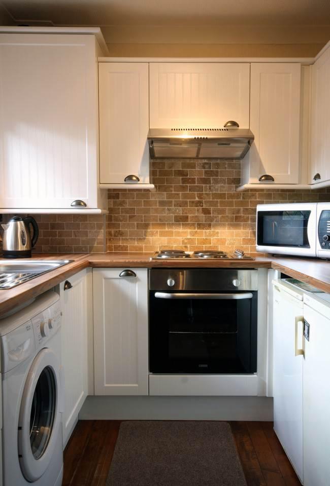 Кухня площадью 6 кв. м. с холодильником и стиральной машиной
