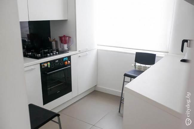 Стиральная машина, установленная под обеденный стол на кухне