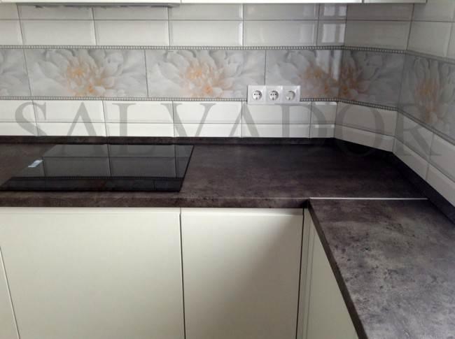 Дизайн белой глянцевой кухни 9 кв.м без ручек (фрезерованные)