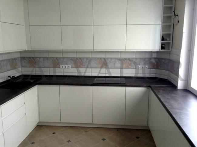 Вместительная белая кухня П-образной формы из МДФ