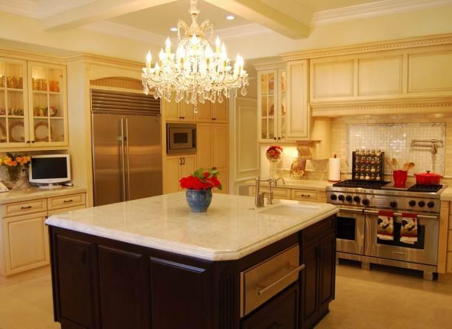 8 интерьеров с хрустальной люстрой на кухне