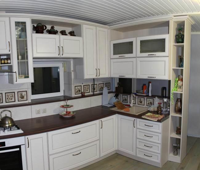 Белая угловая кухня 12,2 кв.м с высокими верхними шкафами. Классический стиль