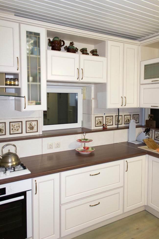 Кухня с рабочей зоной у маленького окна