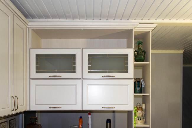 Высокие верхние шкафы под потолок кухни