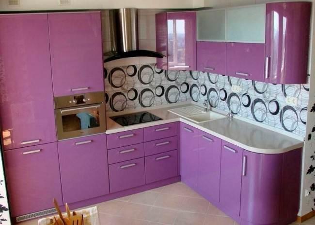 Пенал с духовкой на угловой кухне с глянцевыми фасадами